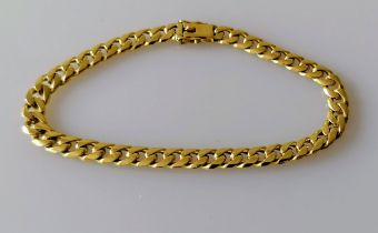 A yellow gold flat curb-link bracelet with box clasp, 29 cm, stamped 750, 23.65g