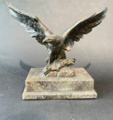 Adler Bronze Figur auf Marmor