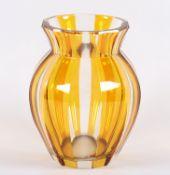 <de>VASE, farbloses, geschliffenes Kristall, teilweise amberfarben gebeizt, H 18,5, BÖHMEN, um 1930<