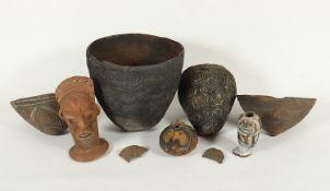 <de>KONVOLUT TONOBJEKTE, Terracotta, teilweise polychrom bemalt, bestehend aus zwei Kamana-Sagoschal